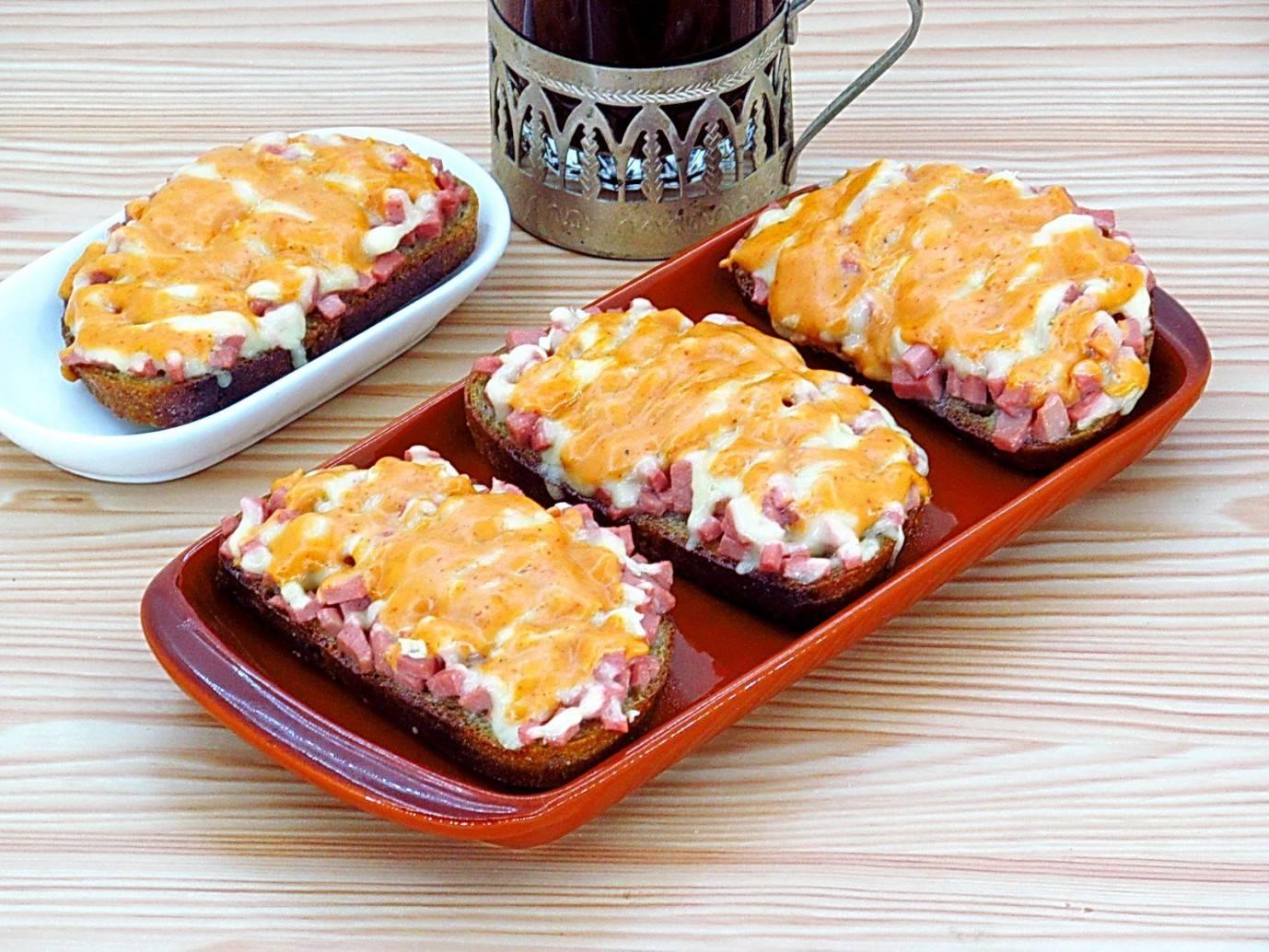 Горячие бутерброды с колбасой, сыром и яйцом - 9 пошаговых фото в рецепте
