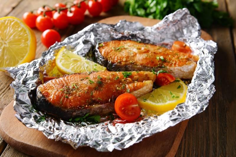 Рыба с овощами в духовке, запеченная в фольге или тушеная - рецепты из филе или стейков