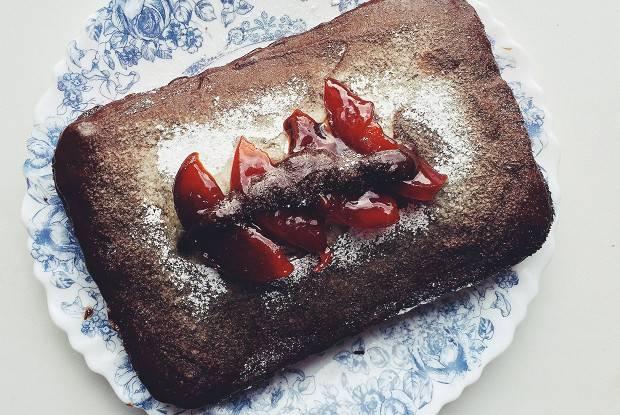 Шоколадный пирог с вишней и орехами