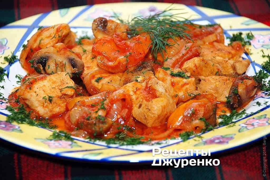 Куриная грудка с яблоком под острым томатным соусом