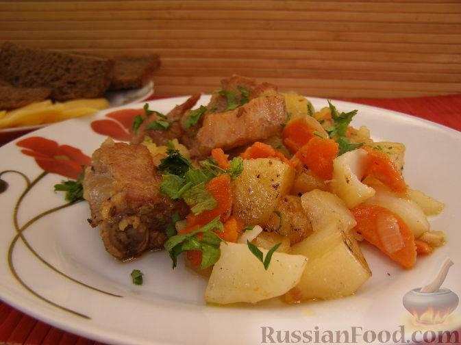 Тушеные свиные ребра с картофелем