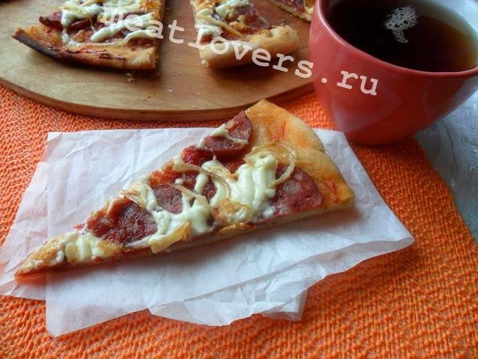 Пицца на слоеном тесте с колбасой: рецепт с фото