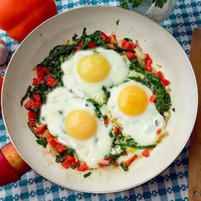 Запеченные яйца со шпинатом, брынзой и грибами