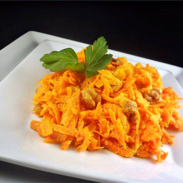 Быстрый салат из моркови, чеснока и грецких орехов