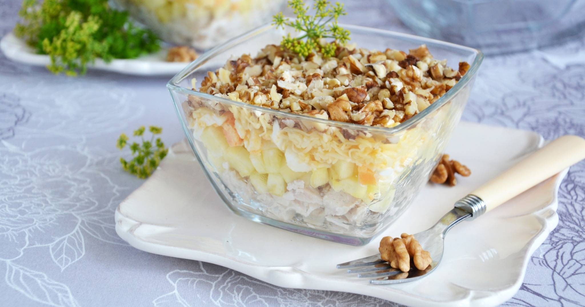 Салат из куриной грудки с грецкими орехами