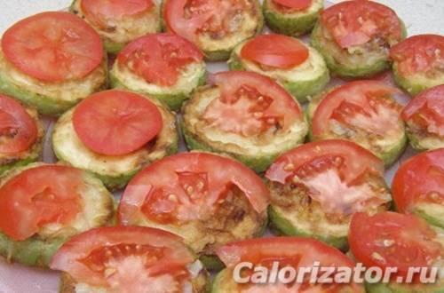 Кабачки жареные с чесноком помидорами