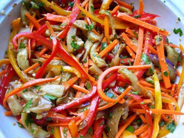 Тёплый салат с обжаренным болгарским перцем