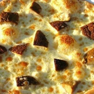 Заворачиваю в блины сыр и салями и ставлю в духовку: блинная пицца на масленицу