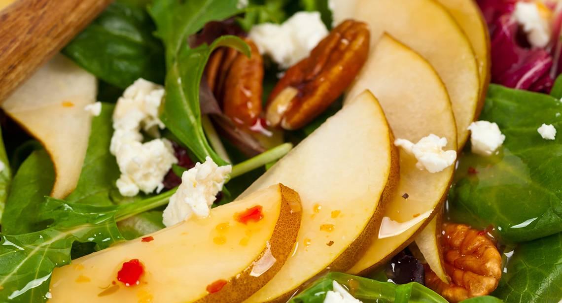 Изысканный салат со шпинатом, сыром и жареной грушей