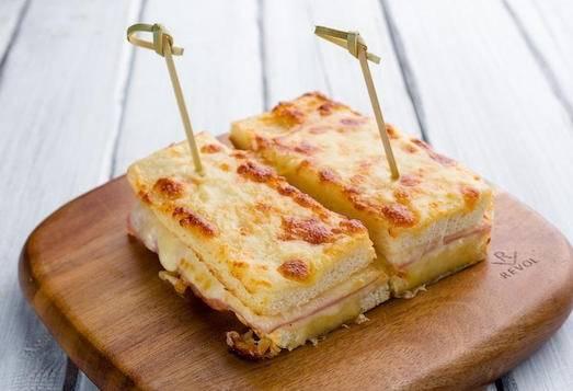 Крок-месье - идеальный горячий бутерброд для сытного завтрака