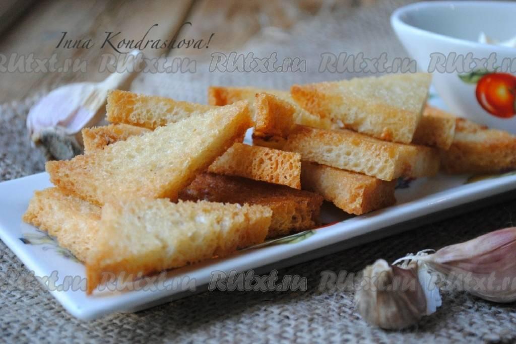 Закусочные гренки с чесноком из кусочков черного хлеба – удачная закуска к пиву и не только