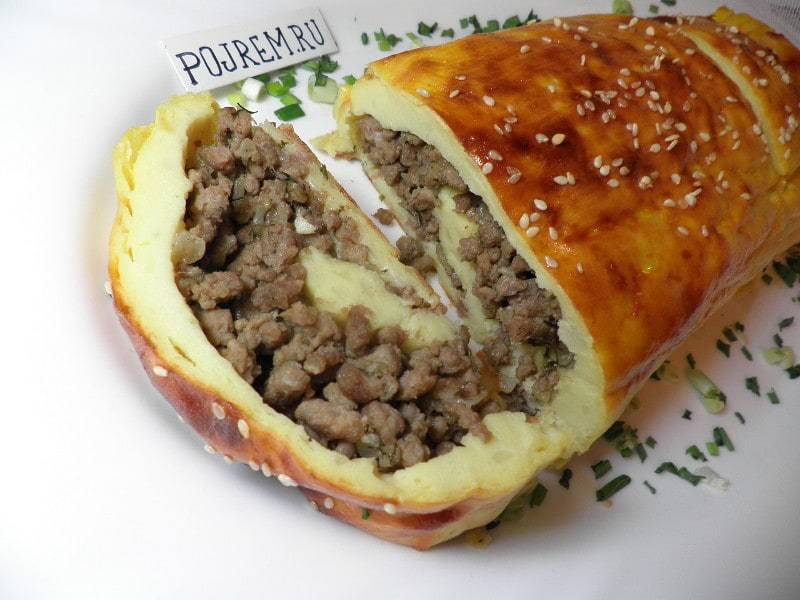 Картофельный рулет с фаршем в духовке