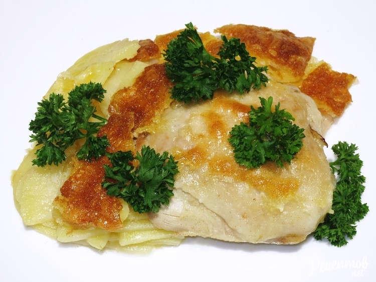 Куриные бёдрышки, запечённые с картофелем