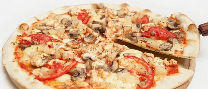 Пицца на тонком тесте с курицей и грибами