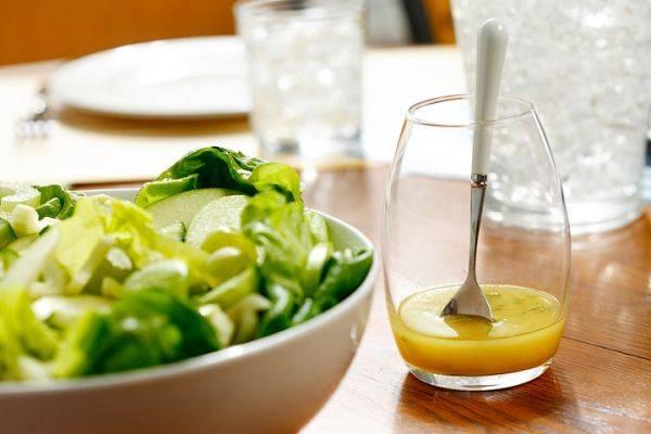 20 заправок, которые улучшат вкус любого салата