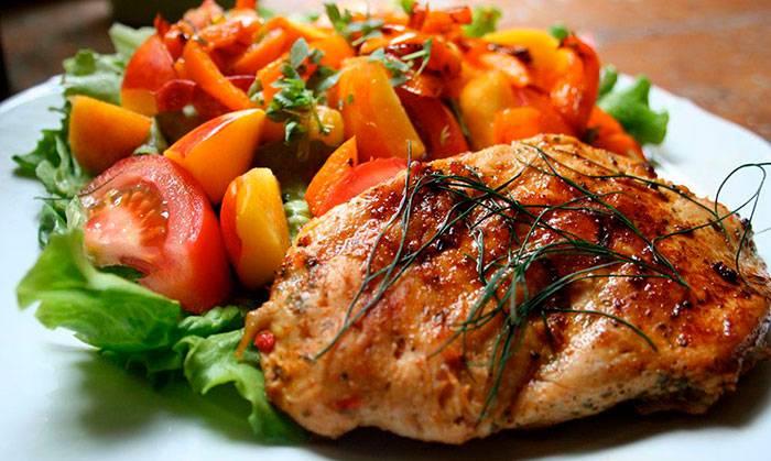Куриные грудки, запечённые с овощами - быстрый и сытный ужин