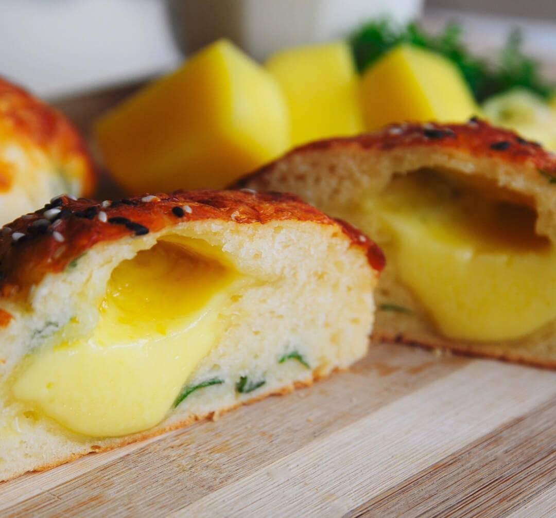 Булочки с мясной и сырной начинкой