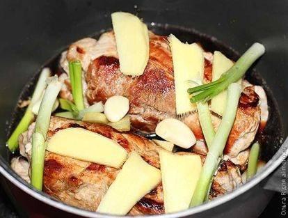 Бульон из свинины с имбирем и соевым соусом