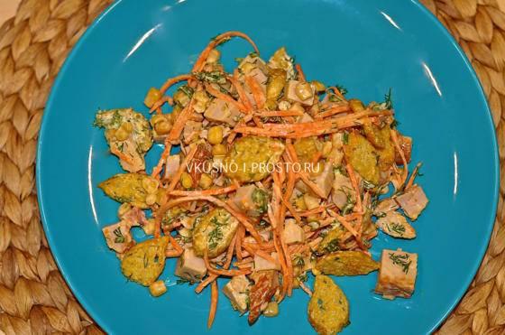 Салат с сыром, фасолью, сухариками и корейской морковью