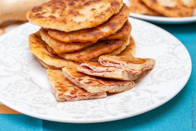 Румяные лепёшки с сыром и колбасой: улетают со столамгновенно