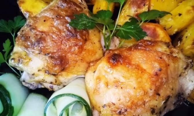 Запеченные куриные бедра в луковом маринаде