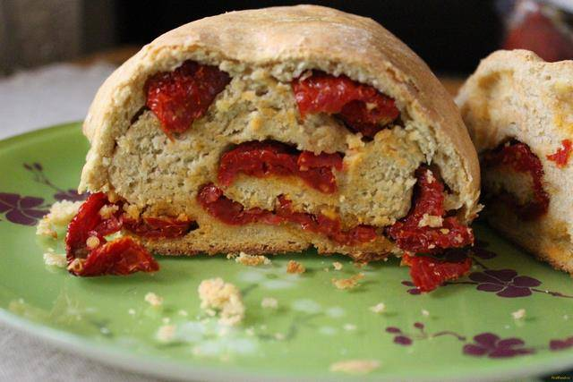 Хлеб с вялеными помидорами и сыром