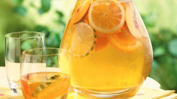 Изысканный напиток для застолья: домашняя сангрия на белом вине