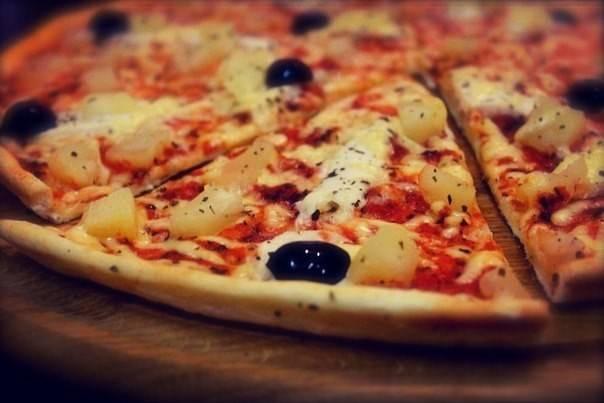 Закрытая пицца кальцоне с курицей и грибами