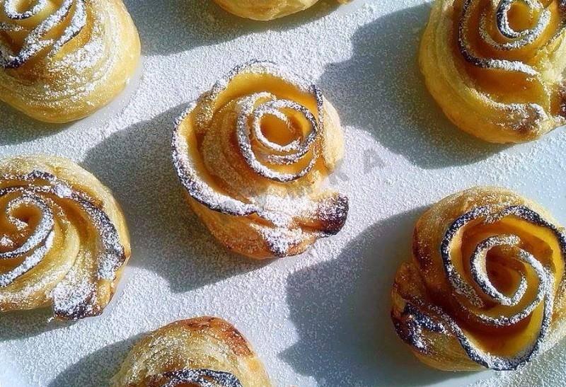 Булочки с творогом из слоеного теста. слоёные булочки с творожной начинкой и изюмом.
