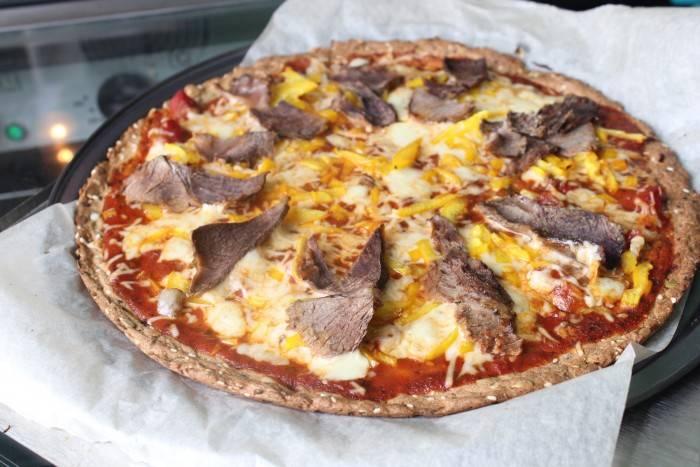 Мясная пицца с белым соусом в мультиварке