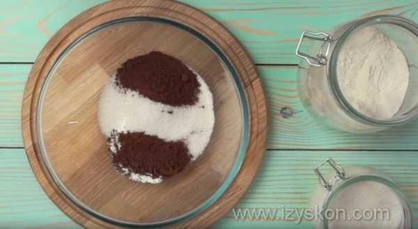Кекс в стакане в микроволновке