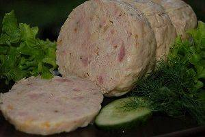 Паровая куриная колбаска с овощами.