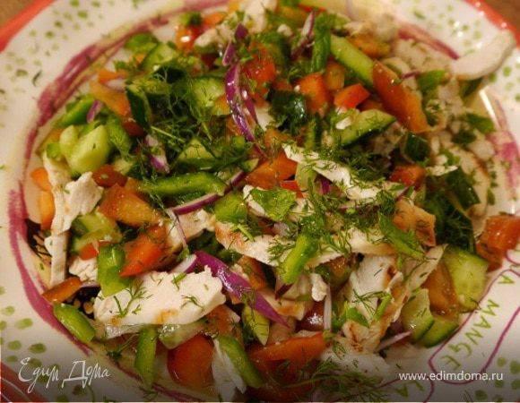 Овощной салат с помидорами, огурцами, перцем