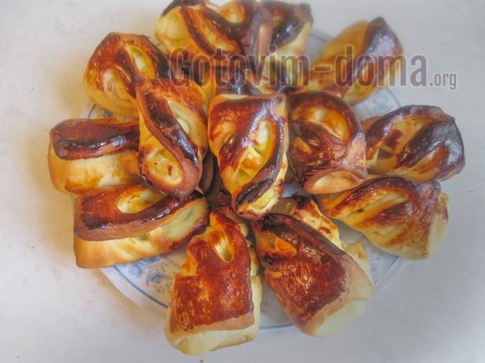 Булочки-пирожки с сушеными яблоками