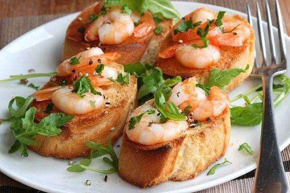 Вкусные бутерброды с креветками и сыром