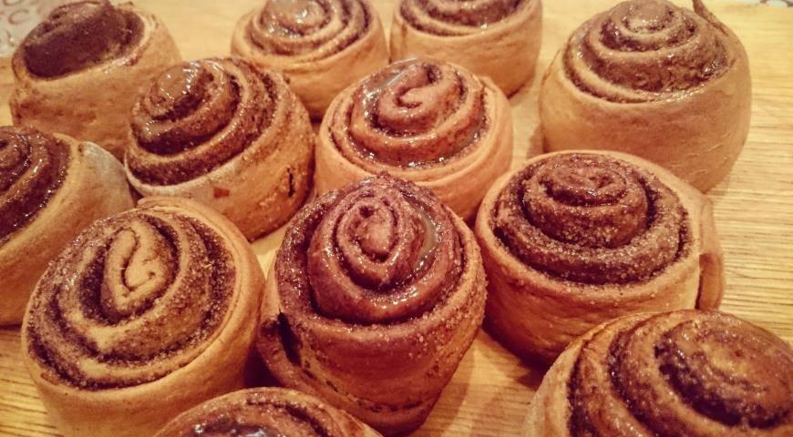 Сдобные булочки с сахаром и корицей