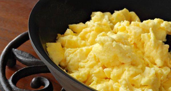 Как приготовить потрясающую яичницу-болтунью: 7 простых шагов