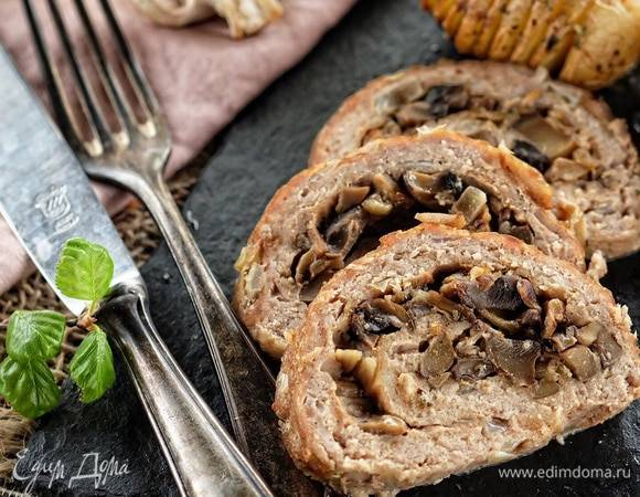 Аппетитный праздничный мясной рулет с орехами и черносливом
