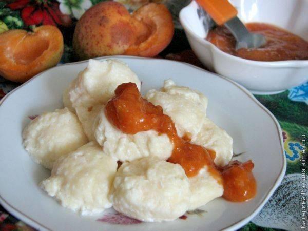 Ленивые вареники с абрикосовым соусом