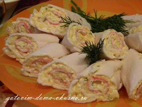 Новогодняя закуска из фаршированных крабовых палочек