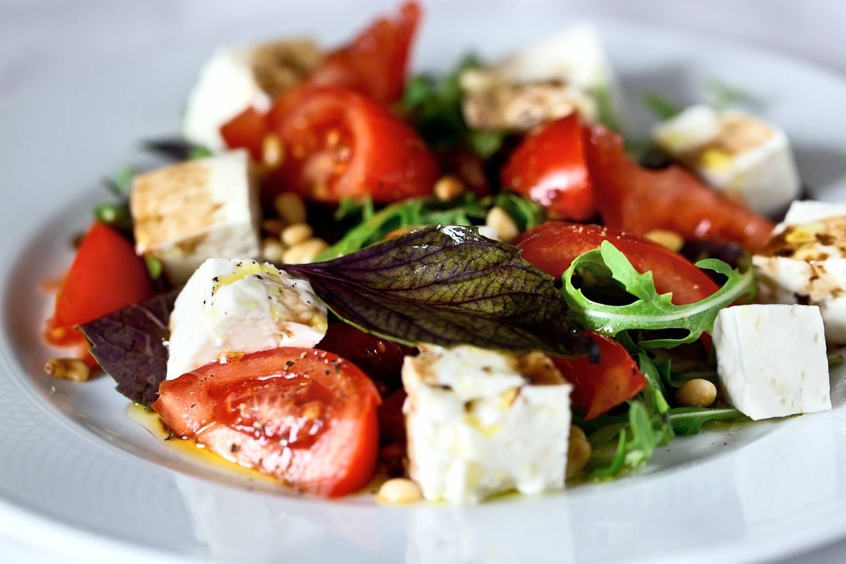 Зелёный салат с камамбером и брусничным соусом