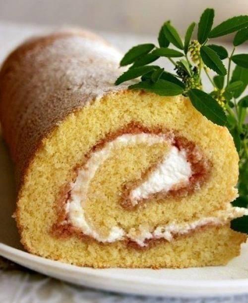 Бисквитный рулет с клубникой и кремом - 12 пошаговых фото в рецепте