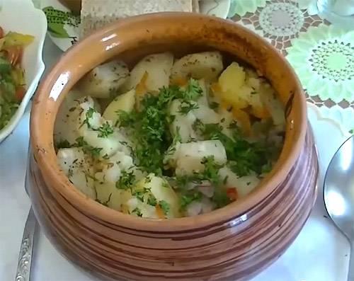 Тушеная свинина с картофелем в горшочках