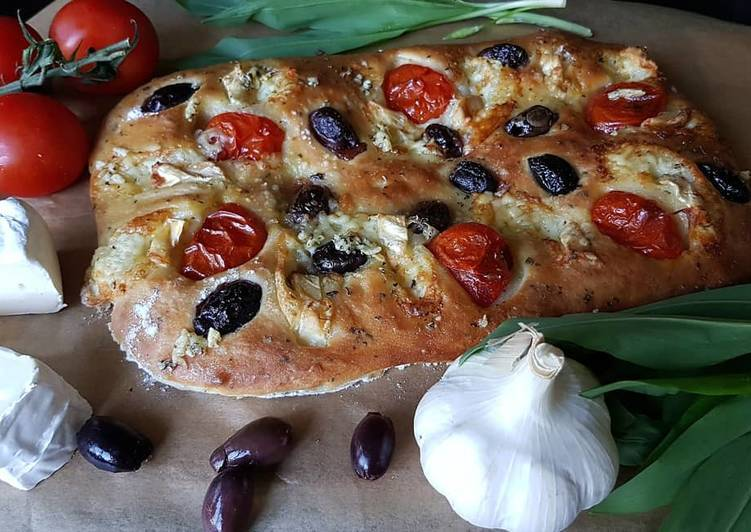 Фокачча с помидорами и сыром бри