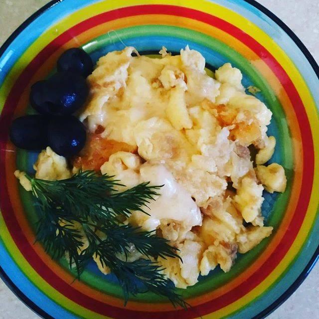 Болтунья с помидорами | рецепт яичницы и помидорами с фото | яичница болтунья с помидорами на webspoon.ru