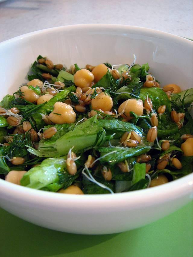 Салат с проростками маша и овощами