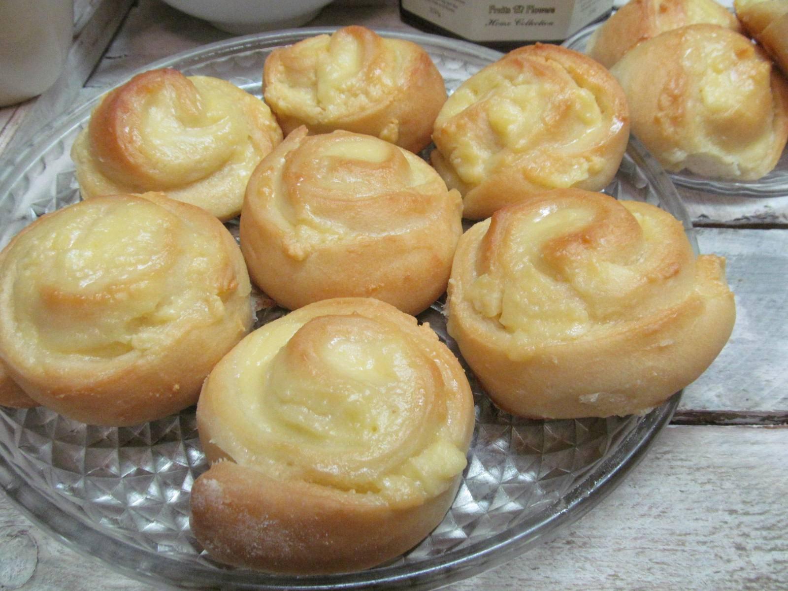 Горячие булочки с яйцом, сыром и ветчиной на завтрак.
