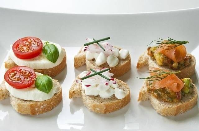Горячие бутерброды с помидорами и креветками