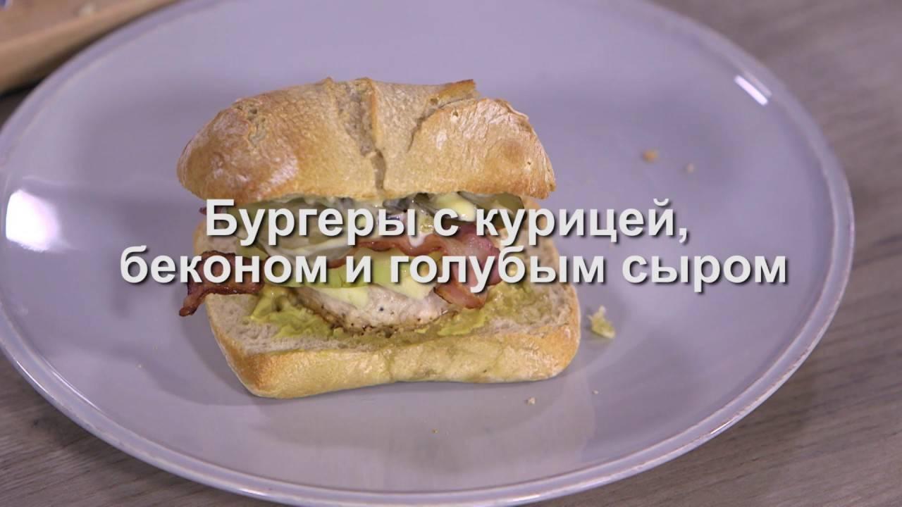Бургер с курицей в соусе барбекю