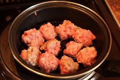 Тефтели с грибным соусом и картофелем по-деревенски
